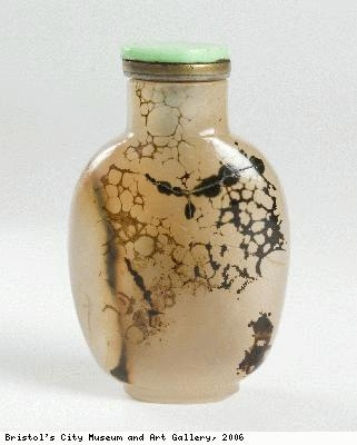 Snuff bottle imitating chalcedony